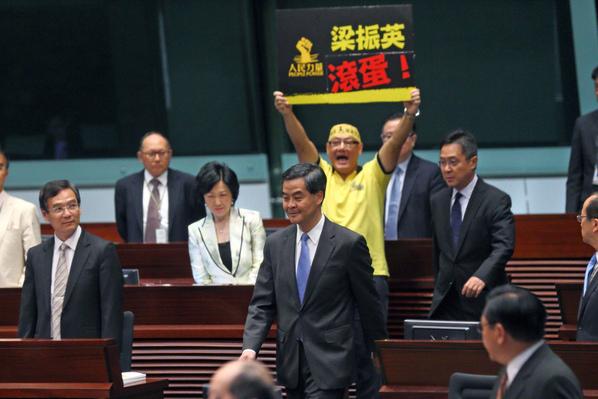 目前人在中南海的梁振英,是二度述職,中央卻突召另三名局長前來會合,此舉於香港特首並無前例,不啻是北京高層對梁振英再發無言的警告。