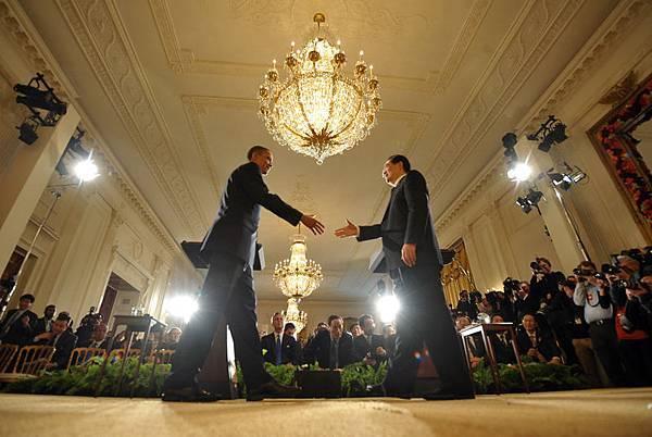 胡錦濤在2011年訪美期間,1月18日,參加了奧巴馬私人小型宴會,這個宴會只有6人參與,雙方舉行了秘密會談。圖為,2011年1月19日,奧巴馬在白宮會見胡錦濤。(JEWEL SAMAD/AFP/Getty Images)