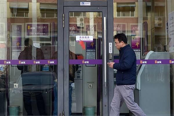 現金短缺可能導致銀行貸款違約,中國第11大銀行光大銀行,曾經在6月5日發生一起65億元的銀行間貸款違約。圖為光大銀行在北京的一家營業廳。(AFP/Getty Images)