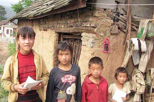 許多農村的孩子依然過著貧窮的日子。(網絡圖片)