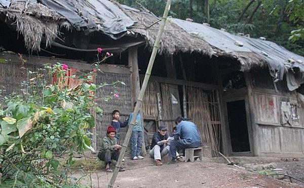 山區的人們依然住在連風雨都無法遮擋的破舊房屋裡。(網絡圖片)