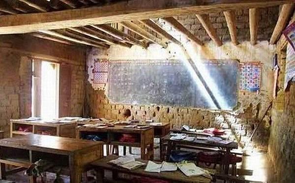 中國山區破敗的教室裡,連統一的桌凳都沒有。(網絡圖片)