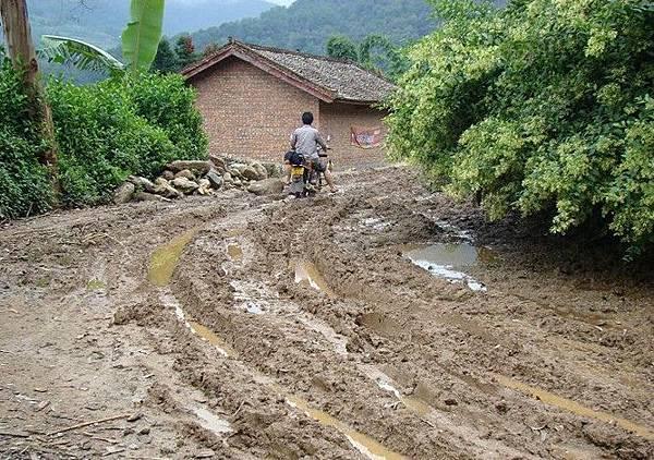 中國許多地方還有這樣泥濘不堪的道路。(網絡圖片)
