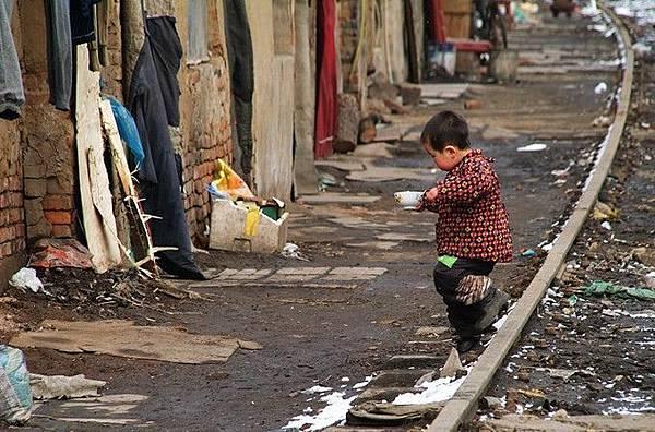 許多這樣的孩子依然住在棚戶區。(網絡圖片)