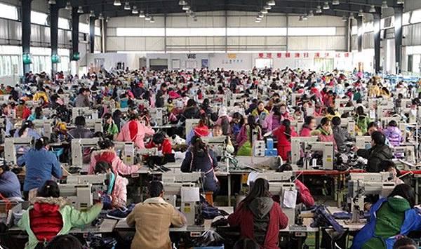 許多工人日日夜夜在流水線上生產「中國製造」的產品。(網絡圖片)