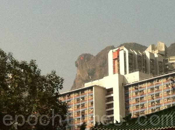 象徵香港精神的獅子山,12月22日下午2點00分,突然出現紅眼奇觀,兩次顯現了合共30分鐘才隱去,其景象和神韻舞劇《紅眼石獅》不謀而合。(大紀元)