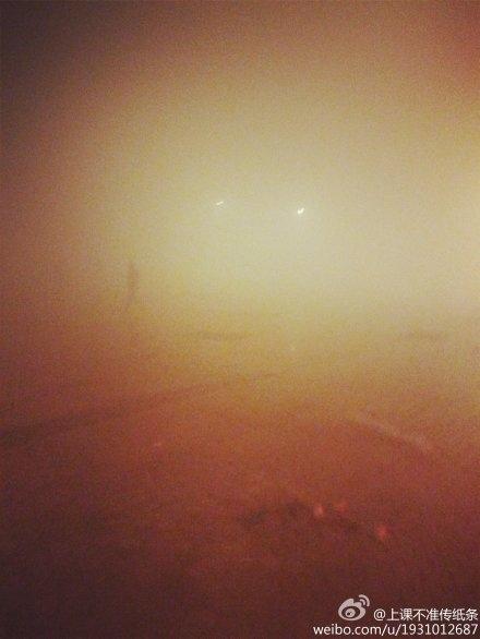 12月24日聖誕平安夜,中國大陸再次出現嚴重陰霾,覆蓋華北江淮。網民紛紛調侃:聖誕老人迷路了!圖為陰霾下的北京。(網絡圖片)