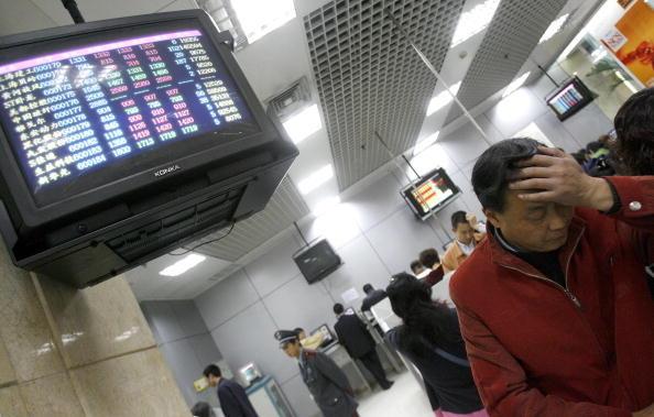 大陸持續的錢荒導致全線告急,除了銀行間拆借利率上升外,股市也一片慘淡。圖為,成都一銀行。(LIU   JIN/AFP/Getty Images)