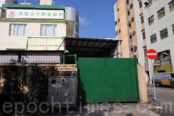 「香港青年關愛協會」搬離燕京啤酒大廈,遷往附近的樂鳴街六號,隔壁就是近日飽受醜聞困擾的海天堂  ,新址原是青關會主席洪偉成持有的糧油公司所在。(潘在殊/大紀元)