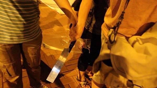 去年7月4日晚,青關會成員在落馬洲出動鋸刀,涉嫌恐嚇在場的法輪功學員和採訪記者,但現場的警察卻  以沒有人受傷為由,只是登記在案,不作任何處理。(大紀元)