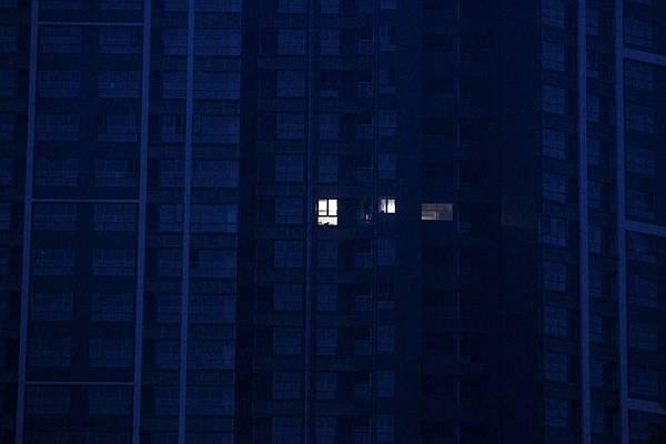 深圳大亞灣御璽山大峽谷是個2328戶的大型樓盤,有18幢樓,晚上只有兩戶亮燈,保安夜間巡樓時嚇半死。(大紀元資料室)