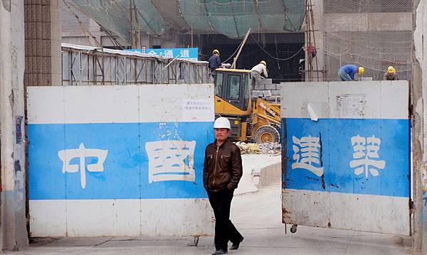 財經專家分析,在全球經濟再平衡的衝擊下,第一步就是刺破新興經濟體的經濟泡沫,中國則首當其衝:  可能先刺破房地產泡沫,也可能先引發銀行危機。圖為北京一處工地。(Franko Lee/AFP/Getty Images)