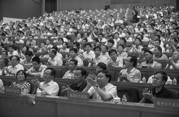 江派重地湖南官場爆出賄選大案:衡陽市500多名人大代表因受賄醜聞辭職,同時行賄的56名湖南省人大代表被免職,被免職省人大代表向512名衡陽市人大代表行賄了1.1億元進行拉票。圖為今年5月湖南省十二屆人大二次會議場景。(網絡圖片)