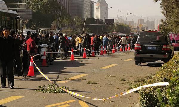 中共三中全會前夕,中國連續發生罕見爆炸案。繼北京天安門爆炸案後,11月6日,山西省委門口發生連環爆炸,導致1死8傷。據陸媒報導,此次爆炸發生在中共中央第二巡視組剛進駐山西後,令外界感到詭異和懷疑。此前,中儲糧大火也是發生在中央第一巡視組進駐後。(AFP)