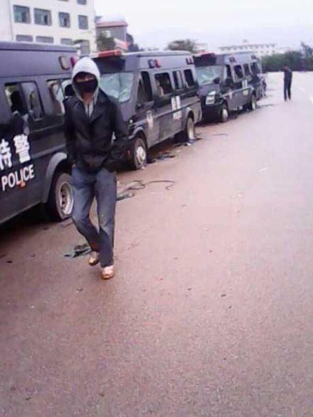 10月22日,雲南晉寧縣晉城鎮廣濟村,警察進村抓捕維權村民時引發激烈衝突,雙方數十人受傷。村民扣押了15名警察和政府官員,砸毀20餘輛警車。23日,當局妥協。(網絡圖片)