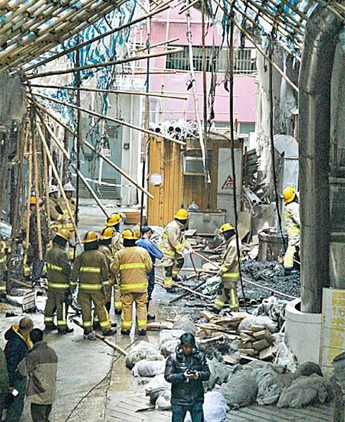 ■消防員將火救熄後,在後巷調查起火原因。簡明恩攝