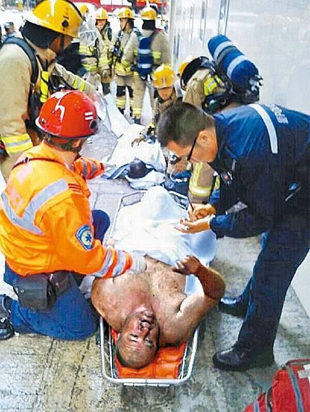■有傷者被救出時顯得十分虛弱,需躺卧在擔架床上。讀者提供圖片