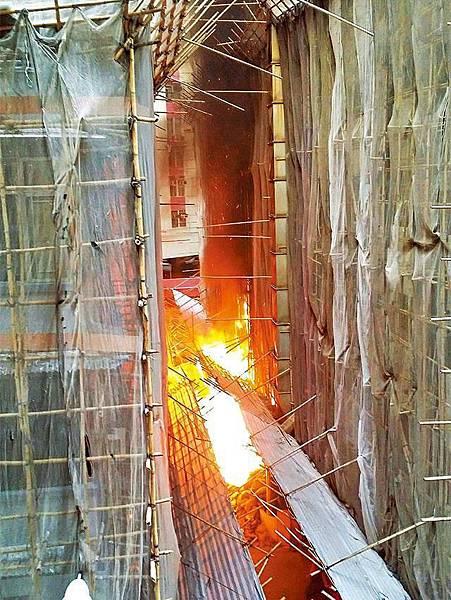 ■大廈後巷雜物首先起火,火舌越燒越旺,波及一牆之隔的賓館。讀者提供圖片