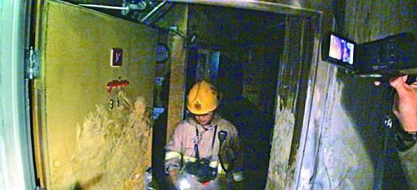 ■消防員進入起火單位調查。