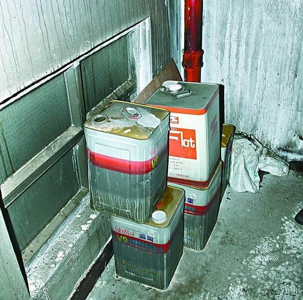 ■大廈梯間放有數罐油漆。