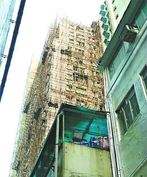 ■英皇道漢宮大廈同樣正進行大維修,外牆搭滿棚架。徐雲庭攝