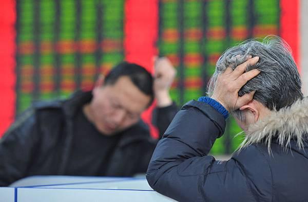 2013年大陸央企利潤總額預計1.3萬億元,而在股市的表現卻呈反向狀態,在「市值縮水榜」前100家企業中,38家央企今年蒸發超萬億。圖為大陸一證券交易公司內一景。(Photo by ChinaFotoPress/Getty Images)