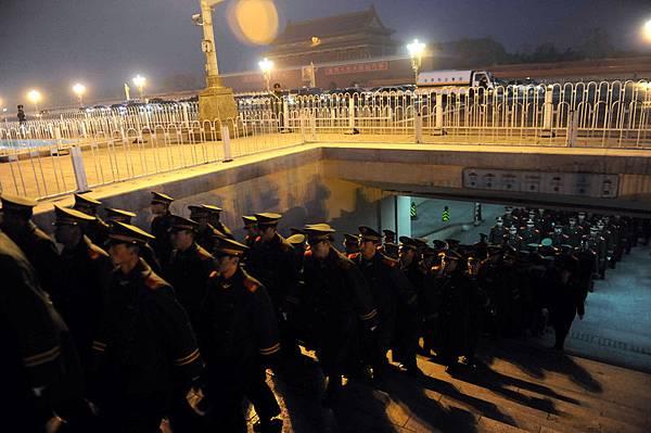 2012年3月19日,周永康曾大規模調動武警包圍新華門和天安門,胡錦濤急調衛戌部隊進京驅離武警。圖為2009年武警隊伍出列天安門。(Getty Images)