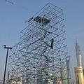 2014年中共地方政府需要償還地方債約合2.38萬億元,屆時主要靠賣地還債的地方政府,將會更加瘋狂賣地  至無地可賣的地步。目前已有近200個縣債務率達到100%,將要陷入破產境地。圖為,2013年12月30日,上  海一個正在搭建的迎新年活動的舞台。(PPETER PARKS/AFP/Getty Images)