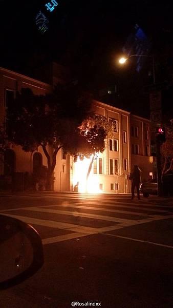 美國華裔Rosalindxx在新浪微博上傳二張中共駐舊金山總領館門口著火的圖片,夜幕下火光非常醒目。她稱火勢蔓延很快,有可能是蓄意縱火。(網絡圖片)