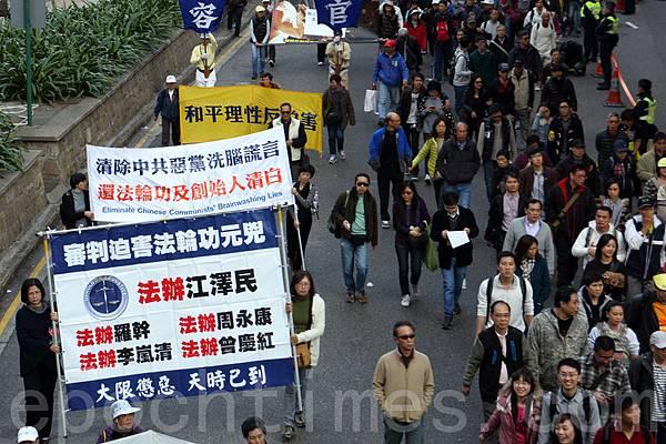 香港民間人權陣線舉行的2014年新年大遊行,3萬人參加,法輪功的遊行隊伍以雄壯的天國樂團演奏及各式揭露中共迫害和退黨的幡旗橫額,成為最受矚目的陣列。(蔡雯文/大紀元)