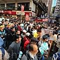 參與元旦遊行的香港市民踴躍,許多人自備的抗議標語橫額,場面熱鬧。(宋祥龍/大紀元)