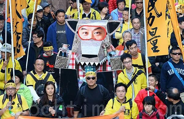 參與2014元旦大遊行的香港市民強調,梁振英是中共的傀儡,所做的一切都對香港無益,要求他下台。(宋祥龍/大紀元)