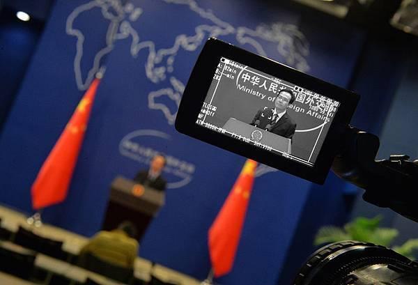 根據香港《動向》雜誌2014年1月號披露,中共總理李克強在出席外交部黨委擴大生活會上,在諸多方面對中共外交部提出訓斥。圖為,中共外交部的一次記者會。(MARK RALSTON/AFP/Getty Images)