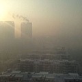 北京時間2014年1月5日6時,中央氣象台發佈了2014年第一個陰霾黃色預警。河北南部、山東西部、江蘇西南部、浙江中北部、福建中部、四川盆地、貴州南部等地出現大霧,局地出現了能見度低於500米的濃霧。 (Brent Lewin/Bloomberg via Getty Images)