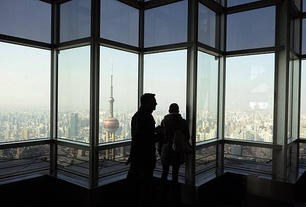 匯豐銀行週一說,中國服務業PMI(採購經理人指數)在12月份下跌到50.9。這是自從2011年以來最緩慢的步伐。中  國股市和亞洲股市都受到衝擊。圖為上海浦東。(AFP)