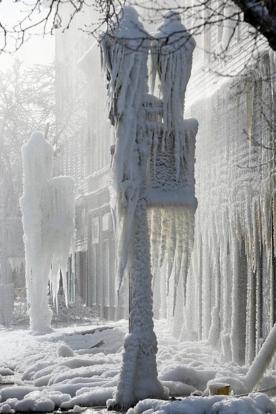 1月3日,麻省北阿特爾伯勒,寒流侵襲之下火災現場一夜之間成冰屋。「極地漩渦」造成的極寒天氣正肆虐美國,超過一半國土面積6、7日(週一、週二)預計都將遭遇20年一遇的低溫天氣。美國國家氣象局表示,「寒風效應將使氣溫低至-60華氏度(零下51攝氏度),對人的生命構成威脅。」(John Wilcox/Boston Herald/Polaris)