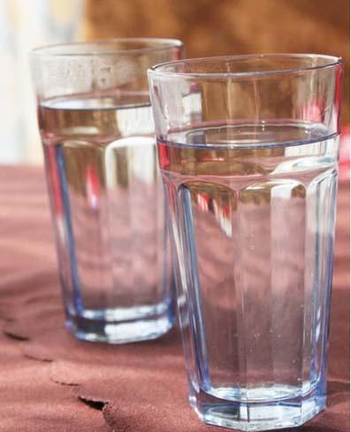 白開水如果存放三天以後,就可以產生亞硝酸鹽,飲用後能使人頭暈眼花,噁心嘔吐。如果存放時間再長一點,與  胺結合變成亞硝胺,會促進人得胃癌、肝癌、食道癌。桶裝礦泉水、純淨水如超過3天也一樣如此,細菌大量繁殖  ,還不如自來水。