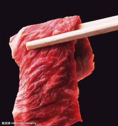 """經專業檢測,8份牛肉製品中5份根本無牛肉成分!業內人士爆料,是老母豬肉添加亞硝酸鈉和色素!老母豬肉吃起  來有股腥臊味,需加""""料""""去臊。有經銷商直截了當地說:單價20元左右的所謂牛肉基本上都是假冒的,""""這是業內公  開的秘密。"""