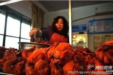"""廣州市工商局官網日前發出警示:""""盡量不要買散裝的即食食品""""。工商部門抽檢發現,熟食不合格十分普遍,街  邊小店不可靠,知名大超市也出問題,而且問題都出在很容易致病的大腸桿菌、菌落等項目上。 """"中式熟食""""還能  吃嗎?"""