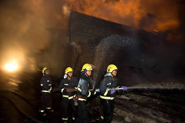 2014年1月11日,中國雲南香格里拉縣獨克宗古城發生大火,由於古城內房屋主要是木造結構,火勢急速蔓延,上百  棟房屋被毀,估計損失上億人民幣。(大紀元資料室)