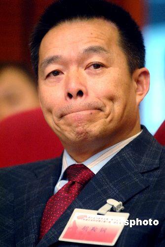 11、胡鞍鋼;清華大學教授;《中國集體領導制明顯優於美國總統制》美國的個人總統制中,總統個人權力過於集中,而中國特色的集體領導制,則非常適合中國基本國情和文化背景,特別有利於中國創造和治理奇跡,是國家制度的創新。
