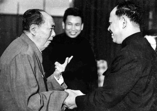 ●毛1975 年在北京會見波爾布特(中)英薩利。