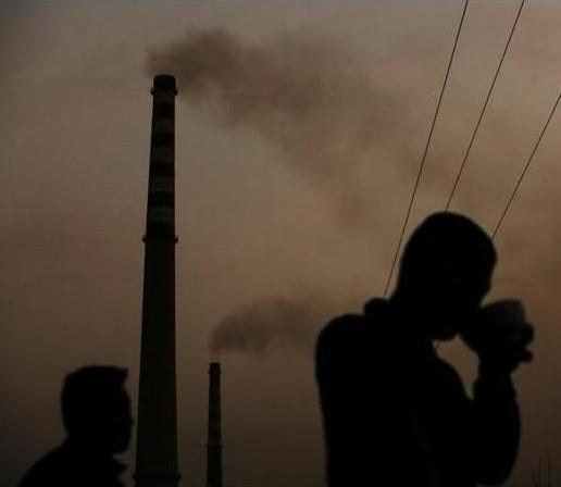 河南安陽市范家莊離煉鋼爐只有一牆之隔,村裡每天都下鐵雨,村民在這污染嚴重的環境下生活。2008年3月24日 。(網絡圖片)