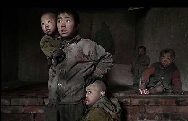 孩子最大的9歲,沒有上學,最小的不到2歲。他們在污染嚴重的地區,孩子們的手臉整天都是髒兮兮的。2005年4月10日 (網絡圖片)