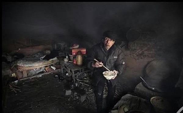 在山西臨汾市污染嚴重地區,農民在棉花地裡干了兩小時的活之後全身都是煤灰。2007年9月24日(網絡圖片)