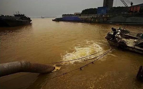 鎮江市鈦粉廠每天大量的化工污水排放長江,下游不到1000米處是丹陽市自來水取水處。2009年6月10日 (網絡圖片)