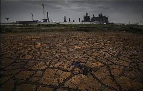 安徽省馬鞍山化工園區長江邊上被化工廠污染的土地。2009年6月26日 (網絡圖片)