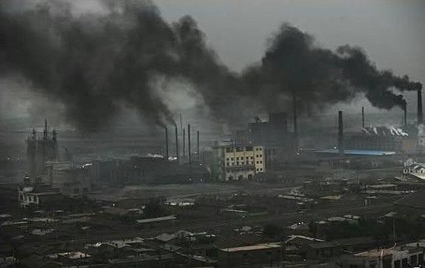 內蒙古拉僧廟發電廠二條黑色的巨龍覆蓋著村莊。2005年7月26日(網絡圖片)