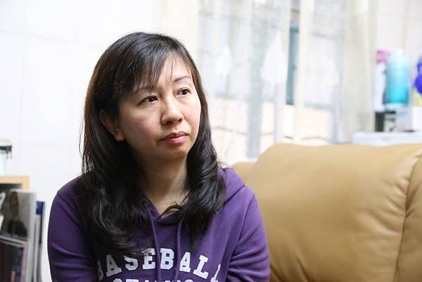 2013年7月14日對香港元朗小學教師林慧思是命運改變的一天,在當天的香港旺角行人專用區,她憑著良知,在現場為青關會成員公開欺負法輪功真相點學員而警方故意不作為——這個不公義事情大力發聲。正義的吶喊在她生命中泛起了巨大的漣漪。在承受著接下來幾個月,從遭中共地下黨香港特首梁振英將此事件升級到讓警方重案組調查到中共派人在她家門口撒陰紙的死亡恐嚇等多番卑劣打壓。(大紀元圖片)