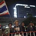 泰國反政府團體13日將發動大規模示威遊行,宣稱將封鎖首都曼谷,好迫使英祿(英拉)下臺,鑑於泰國情勢不穩,已有45個國家發出旅遊警示。泰國當局決定部署超2萬名軍警在曼谷街頭,應對反政府團體的「癱瘓曼谷」行動;而領導反政府示威的領袖素貼(Suthep Thaugsuban)在訪問中,仍不願與政府對話,但表示如果出現暴力升級、可能爆發內戰的風險,那他會解散示威群眾。